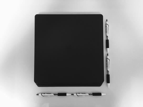薄型PS4とボールペン